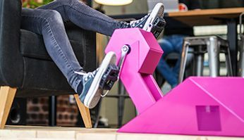 Pédaler et faire de l'exercice au travail